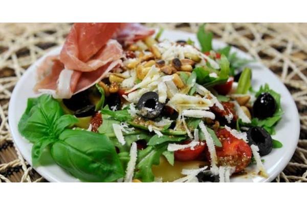 Salada italiana ( mussarela desfiada, pimentões, passas , nozes, azeitonas , etc – alface roxa, americana e figo Kg