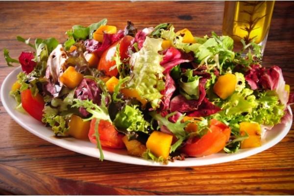 Salada tropical ( folhas, tomate cereja, palmito, manga, azeitonas verde, azeitonas pretas, molho a parte para tempero )